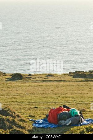 Randonneurs dans le partage d'équipement de randonnée un moment spécial Banque D'Images