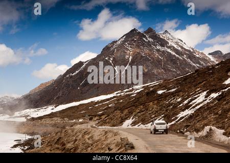L'Inde, de l'Arunachal Pradesh, le Sela Pass, location de voiture sur la route de haute altitude passé lac gelé Banque D'Images