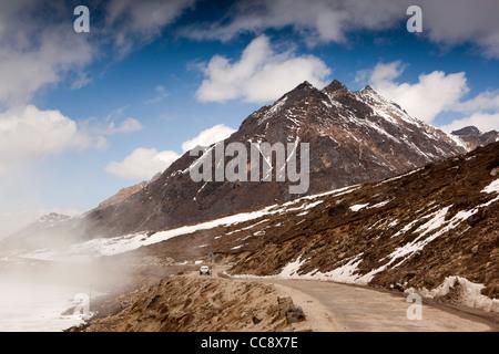 N8782 L'Inde, de l'Arunachal Pradesh, le Sela Pass, location de voiture sur la route de haute altitude passé lac Banque D'Images