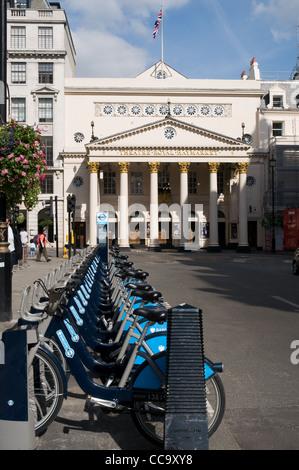 Londres a introduit un système de location de vélos parrainé par la Barclays Bank. Les stations de vélo sont placés Banque D'Images