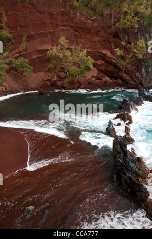 Plage de sable rouge, Hana, Maui, Hawaii. Banque D'Images