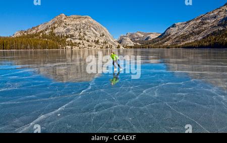 Patinage sur glace Lac Tenaya gelés dans le Parc National Yosemite. Banque D'Images