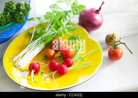 Légumes frais sur la plaque Banque D'Images