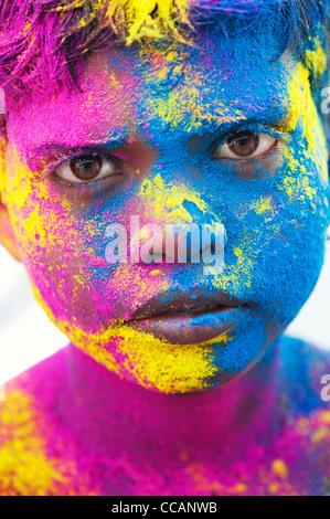 Jeune Indien garçon couvert de poudre de couleur pigment. L'Inde Banque D'Images