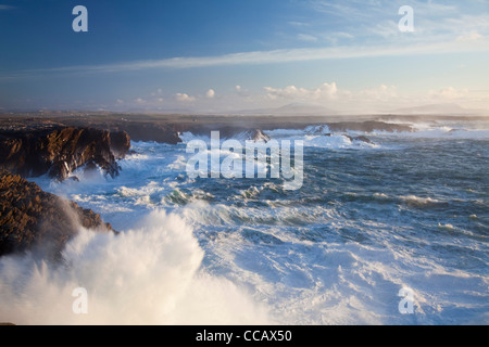 Les vagues se briser contre les falaises de Belmullet, Comté de Mayo, Irlande. Banque D'Images