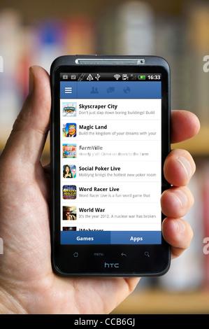 La page des jeux Facebook sur un smartphone HTC Banque D'Images