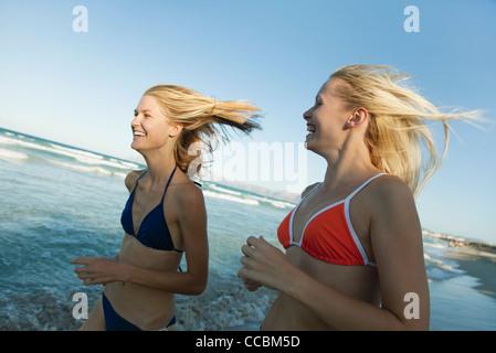 Les femmes jogging à la plage Banque D'Images
