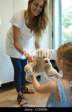 Transmission mère ours fraîchement nettoyée pour petite fille Banque D'Images