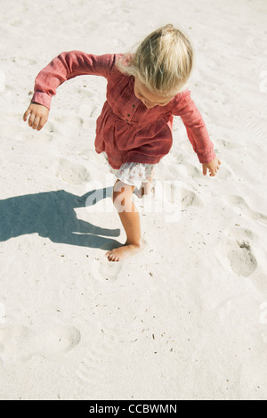 Girl playing on beach, high angle view Banque D'Images