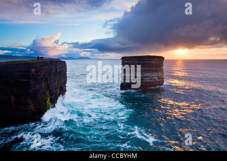 Coucher du soleil à l'seastack de Dun Briste, Downpatrick Head, dans le comté de Mayo, Irlande. Banque D'Images