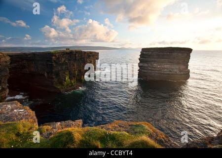 Soir sur la tête et Dun Briste Downpatrick seastack, Comté de Mayo, Irlande. Banque D'Images
