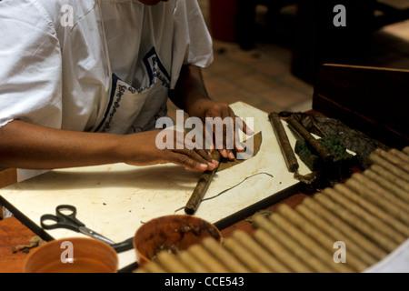 Femme en costume traditionnel roule les cigares Dannemann à Cigar Factory dans la ville coloniale de São Félix, Banque D'Images