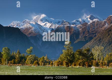 Vue sur le Mont Cook (Aoraki) et Mt Tasman vus de près de Lake Matheson en Nouvelle Zélande Banque D'Images