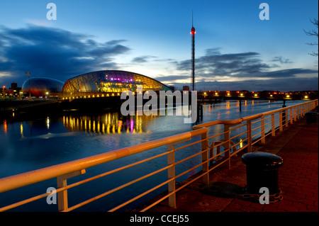 Centre des sciences de Glasgow & Tower par la rivière Clyde, Glasgow la nuit. Banque D'Images