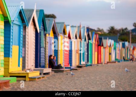 Cabines de plage à Melbourne Australie Brighton Beach a peint très coloré le long de la plage de sable fin. billet Banque D'Images