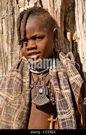 Les filles et Himba bébé dans village près dOpuwo