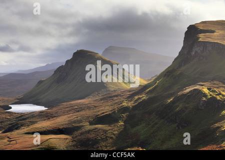 La vue au sud le long de la crête en direction de la cale Trotternish près du Quiraing sur l'île de Skye Banque D'Images