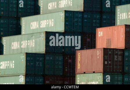 Mar 15, 2010 - Los Angeles, Californie, États-Unis - des piles de conteneurs d'expédition de la Chine d'attendre Banque D'Images