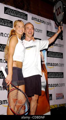 K32368AR.Anna Kournikova et Jeff Bezos (SUR AMAZON.COM) .INTRODUIRE LE NOUVEAU ANNA Soutien-gorge de sport, .''SHOCK AMORTISSEUR''.AT TENNIS MAGAZINE'S GRAND SLAM; .TOUS LES JOURS DU FESTIVAL QUI A EU LIEU À .TENNIS GRAND CENTRAL TERMINAL'S VANDERBILT HALL À NEW YORK New York. 8/22/2003 .. / 2003 Crédit: Image(© Andrea Renault