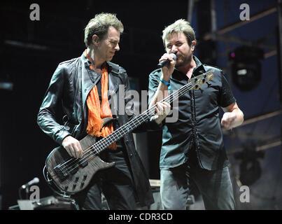 Apr 17, 2011 - Indio, California, USA - Le bassiste JOHN TAYLOR et chanteur SIMON LEBON du groupe Duran Duran il Banque D'Images