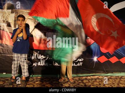 Les Palestiniens avec leur drapeau national et drapeau turc lors d'une manifestation en soutien à la décision turque de la ville de Gaza sur Sep. 3,2011. La Turquie a dit vendredi c'était l'expulsion de l'ambassadeur d'Israël et des liens militaires avec Israël au cours de l'année dernière sur l'assaut meurtrier d'une flottille humanitaire à destination de Gaza. Davut