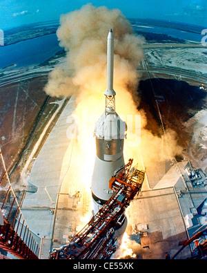 Saturn V d'Apollo 11 véhicule spatial lance du Centre Spatial Kennedy sur son trajet vers la Lune Banque D'Images