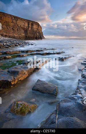 Côte Rocheuse de Nash Point au coucher du soleil, la côte du Glamorgan, Pays de Galles, Royaume-Uni. Hiver (décembre) Banque D'Images