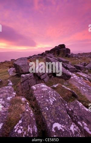 Fiery intense aube du ciel au-dessus de Belstone Tor, Dartmoor, dans le Devon, Angleterre. L'hiver (Janvier) 2012. Banque D'Images