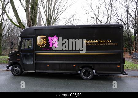 UK livraison UPS van avec logo 2012 Banque D'Images