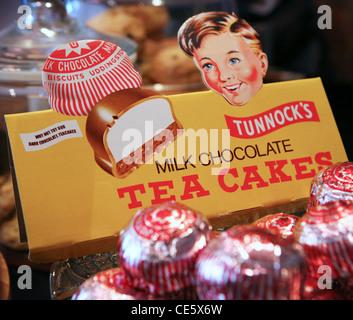 Chocolat au lait de marque Tunnock Gâteaux de thé dans un café. Banque D'Images