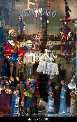 Marionnettes traditionnelles affiché dans une boutique de la vieille ville à Prague, République Tchèque Banque D'Images