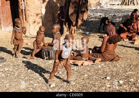 Femmes et enfants Himba dans leur village près d'Opuwo, Namibie