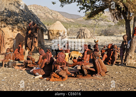 Les gens dans leur village Himba près d'Opuwo, Namibie