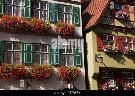 Les boîtes à fleurs sur les maisons en Dinkelsbuhl, Bavière, Allemagne. Banque D'Images