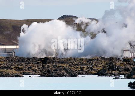 Vue de l'industrie d'exploiter l'énergie géothermique près du lagon bleu à Reykjavik Banque D'Images