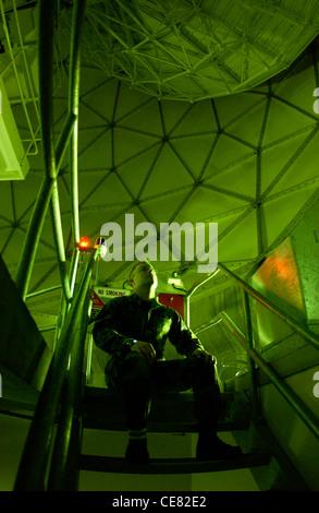 Technologie Sgt. Bryan Schubert regarde une antenne parabolique mobile à l'intérieur d'une des couvertures de protection Banque D'Images