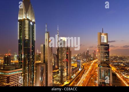 Dubaï, des tours de bureaux et d'appartements le long de la route Sheikh Zayed Banque D'Images