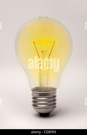 Raccord à vis Edison lightbulb rougeoyant apparemment Banque D'Images
