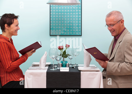 Photo d'un couple au restaurant lire le menu Banque D'Images