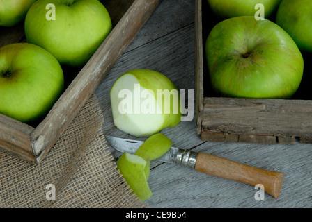 La cuisson des pommes Bramley Banque D'Images