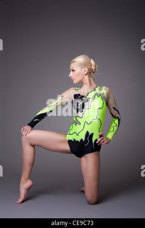 Jeune femme en costume de compétences athlétiques gymnaste show Banque D'Images