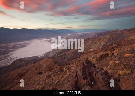 Coucher du soleil sur le sel Badwater Appartements vus de Dante's View dans la Death Valley National Park, California, Banque D'Images