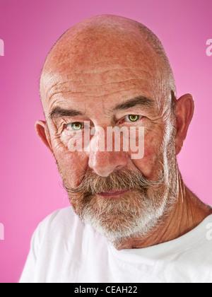 Un vieil homme avec une barbe grise Banque D'Images