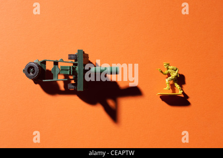 Toy Soldier et canon sur fond orange Banque D'Images