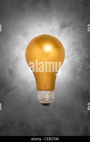 L'ampoule d'or gris flottant contre un arrière-plan tacheté Banque D'Images