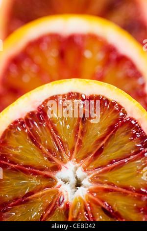 X Citrus sinensis. Close up des moitiés d'orange sanguine. Banque D'Images