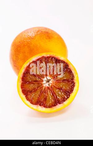 Citrus x sinenesis. Orange sanguine sur fond blanc. Banque D'Images