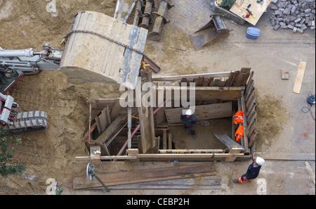 Les travailleurs de la construction faisant les travaux routiers Banque D'Images