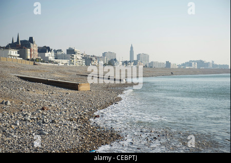 La plage de galets du Havre sur l'estuaire de la Seine en Normandie, France