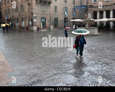 La pluie sur la Piazza della Repubblica, Urbino, Marches, Italie Septembre 2011 Banque D'Images